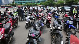Sejumlah motor sengaja diparkirkan di tengah jalan saat aksi di bundaran HI, Jakarta, Minggu (22/12/2014). (Liputan6.com/Johan Tallo)