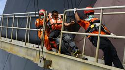 Anggota Basarnas mengevakuasi seorang anak buah kapal (ABK) dari kapal tanker asing berbendera Bahama di lepas pantai Aceh, Selasa (30/7/2019). ABK bernama Amparo Denis (42) warga Filipina mengalami sakit jantung saat berlayar di Selat Benggala tujuan Singapura ke India. (CHAIDEER MAHYUDDIN/AFP)