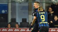 Dua pemain Inter Milan, Ivan Perisic dan Mauo Icardi (kanan) melakukan selebrasi pada laga kontra Chievo, di Stadion Giuseppe Meazza (14/1/2017). Inter Milan menuai enam kemenangan beruntun sejak ditangani Stefano Pioli.  (AFP/Giuseppe Cacace)