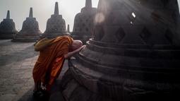 Seorang biksu memanjatkan doa saat berziarah ke Candi Borobudur, Magelang, Jawa Tengah, Sabtu (18/52019). Ziarah yang diikuti oleh para biksu dan umat Buddha tersebut untuk merefleksikan ajaran Sang Buddha serta menyambut Waisak 2563 BE/2019. (OKA HAMIED/AFP)