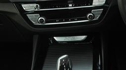 Bentuk persneling BMW X3 terbaru saat peluncurannya di Jakarta, Rabu (11/4). BMW X3 terbaru juga cocok untuk segala medan. (Merdeka.com/Dwi Narwoko)