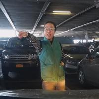 Wanita ini hadang mobil lain yang mau parkir untuk mobilnya yang entah ada di mana... (Sumber Foto: NextShark)