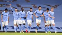 Pemain Manchester City Riyad Mahrez (tengah) merayakan dengan rekan satu tim usai mencetak gol ke gawang Burnley pada pertandingan Liga Premier Inggris di Etihad Stadium, Manchester, Inggris, Sabtu (28/11/2020). Manchester City membantai Burnley 5-0. (Laurence Griffiths/Pool via AP)