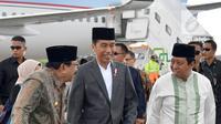 Presiden Joko Widodo didampingi Ketum PPP Romahamurmuziy dan Gubernur Jawa Timur Soekarwo tiba Bandara Internasional Juanda, Jawa Timur, Sabtu (3/2). Jokowi dan Romi tampak kompak mengenakan sarung. (Liputan6.com/Pool/Biro Pers Setpres)
