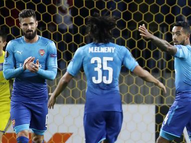 Para pemain Arsenal merayakan gol yang dicetak oleh Theo Walcott, pada laga Liga Europa di Stadion Borisov, Kamis (28/9/2017). Arsenal menang 4-2 atas BATE Borisov. (AP/Sergei Grits)