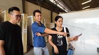 Titi Kamal dan Christian Sugiono sedang mengunjungi gudang marmer. Mereka membeli marmer untuk mengisi rumahnya (Dok.YouTube/Titi dan Tian)