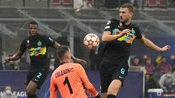 Gol pertama Inter Milan diciptakan oleh Edin Dzeko pada menit ke-34. Berawal dari sepak pojok yang sempat mengenai Vidal, Dzeko yang berdiri bebas sukses melepaskan tendangan voli menjebol gawang Dumitru Celeadnic. Skor 1-0 bertahan hingga babak pertama usai. (AFP/Marco Bertorello)