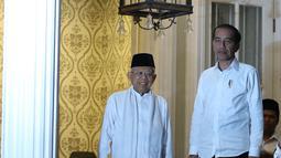 Pasangan capres-cawapres nomor urut 01 Joko Widodo (kanan) dan Ma'ruf Amin (kiri) saat tiba di kediaman Ma'ruf Amin, Jalan Situbondo, Menteng, Jakarta, Kamis (27/6/2019). Jokowi menjemput Ma'ruf untuk nonton bareng sidang putusan MK di Lanud Halim Perdanakusuma. (Liputan6.com/Herman Zakharia)