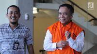 Ekspresi Gubernur Aceh Irwandi Yusuf (kanan) usai menjalani pemeriksaan di Gedung KPK, Jakarta, Jumat (6/7). Irwandi Yusuf diduga menerima uang sebesar Rp 500 juta dari Bupati Bener Meriah Ahmadi. (Merdeka.com/Dwi Narwoko)