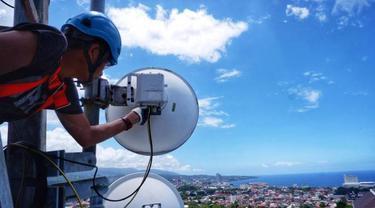 Teknisi sedang bekerja di atas tower BTS (Base Transceiver Station) XL Axiata yang berlokasi di Kelurahan Tanjung Batu, Kecamatan Wanea, Kota Manado, Mei 2021.