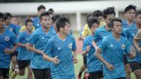 Pemain Timnas Indonesia U-19, Witan Sualeman dan Mochammad Supriadi, saat mengikuti sesi latihan perdana di Stadion Madya, Jakarta, Jumat (7/8/2020) sore WIB. Sebanyak 24 pemain Timnas Indonesia jalani latihan perdana dengan mengikuti protokol kesehatan. (dok.PSSI)