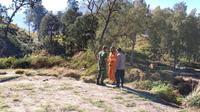 Tim gabungan berdiskusi saat akan mengevakuasi jenazah pendaki Gunung Rinjani yang meninggal dunia. (dok BNPB)