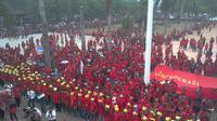 Para buruh berkumpul di depan gedung DPRD Sumsel saat merayakan May Day beberapa tahun lalu (Liputan6.com / Nefri Inge)
