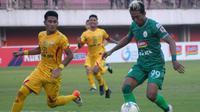 Striker lincah PSS, Kushedya Hari Yudo (kanan), gagal membawa timnya menang atas Bhayangkara FC di Stadion Maguwoharjo, Sleman (21/6/2019). (Bola.com/Vincentius Atmaja)