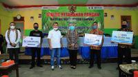 Direktur Utama Bank BRI Sunarso menyerahkan secara simbolis kredit KUR senilai Rp 50 juta dan bantuan dari Yayasan Baitul Maal BRI (YBM BRI) senilai Rp 1,6 M kepada 31 kelompok tani peserta program Peningkatan Keterampilan Usaha Rakyat (PKUR).