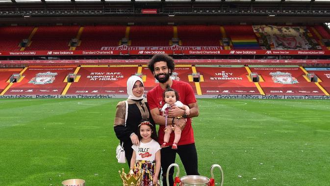 Bintang Liverpool Mohamed Salah dan istrinya, Magi Salah, dan dua putrinya Makka Salah dan Kayan Salah. (foto: Instagram @mosalah)