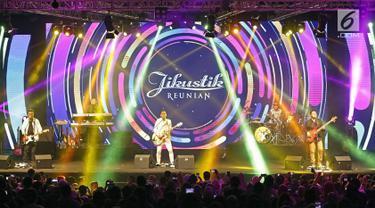Aksi panggung Jikustik bersama mantan vokalisnya, Pongki Barata (tengah) dalam konser bertajuk 'Jikustik Reunian' di Grand Pasific Hall, Yogyakarta, Jumat (29/3). Sekitar 10 tahun berpisah, Jikustik kembali hadir dengan formasi awal mereka. (Fimela.com/Bambang E. Ros)
