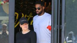 Dilansir dari Cosmopolitan, Kim mengatakan bahwa ia kini mendukung hubungan Khloe Kardashian. (Entertainment Tonight - Splash News)
