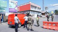 Sejumlah petugas gabungan Satgas Covid-19 Garut melakukan sejumlah penyekatan sejumlah kendaraan yang tetap beroperasi di hari pertama PPKM Darurat di Garut. (Liputan6.com/Jayadi Supriadin)