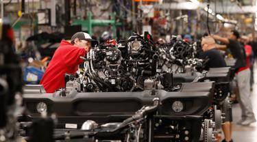 Seorang pekerja mengecek mesin mobil Jeep Wranglers 2019 di pabrik perakitan Jeep Chrysler di Toledo, Ohio, AS (16/11). (AP Photo/Carlos Osorio)