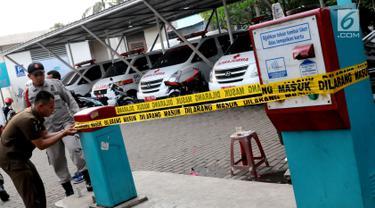 Penyidik Pegawai Negeri Sipil (PPNS) bersama Satpol PP menyegel lahan parkir RSUD Kota Tangsel di Pamulang, Rabu (11/4). Lahan parkir yang dikelola pihak swasta itu disegel karena tidak membayar pajak parkir selama tiga tahun. (Merdeka.com/Arie Basuki)