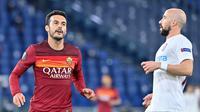Penyerang AS Roma, Pedro Rodriguez berselebrasi usai mencetak gol ke gawang CFR Cluj pada pertandingan grup A Liga Europa di di Stadion Olimpiade di Roma (5/11/2020). AS Roma menang telak 5-0 atas CFR Cluj. (AFP/Alberto Pizzoli)