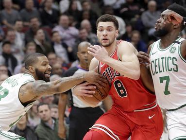 Pebasket Chicago Bulls, Zach LaVine, berusaha melewati pebasket Boston Celtics, Marcus Morris, pada laga NBA di Stadion United Center, Selasa (6/3/2018). Celtics menang 105-89 atas Bulls. (AP/Charles Rex Arbogast)