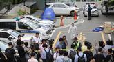 Jurnalis berkumpul saat kepolisian olah TKP lokasi bunuh diri anggota parlemen terkemuka Korea Selatan, Roh Hoe-chan di dekat gerbang apartemen, Seoul, Senin (23/7). Roh bunuh diri di tengah penyelidikan skandal suap yang melibatkan dirinya. (AFP/ YONHAP)