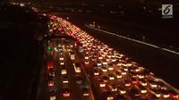 Kepadatan kendaraan yang menuju Gerbang Tol Cikarang Utama di Bekasi, Jawa Barat, Minggu (10/6) dini hari. Pada H-5 Lebaran arus mudik di ruas Tol Jakarta-Cikampek mulai mengalami kepadatan. (Liputan6.com/Arya Manggala)