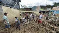 Keluarga dan tim penyelamat mencari korban banjir dan tanah longsor di Mocoa, Kolombia, Minggu (2/4). Sekitar 1.100 tentara dan polisi dikerahkan dalam upaya penyelamatan akibat bencana yang terjadi Sabtu dini hari kemarin. (LUIS ROBAYO/AFP)