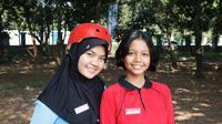 Calon Paskibraka 2018 Tingkat Nasional dari Provinsi Sumatera Utara, Suci (Kaos Merah) dan Jambi, Rahma (Jilbab Hitam), Mengaku Kangen Sama Omelan Ibu di Rumah (Liputan6.com/Aditya Eka Prawira)