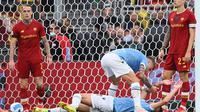 Gelandang Lazio, Sergej Milinkovic-Savic (berbaring di lapangan) berselebrasi setelah menjebol gawang AS Roma pada laga Liga Italia 2021/2022 di Stadion Olimpico, Minggu (26/9/2021). (Vincenzo Pinto/ AFP)