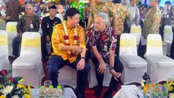 Menperin Airlangga Hartarto berbincang dengan Gubernur Jawa Tengah Ganjar Pranowo saat peluncuran program pendidikan vokasi yang bersifat terjaring dan selaras atau link and match antara SMK dan Industri di Demak, Jawa Tengah (28/2). (Liputan6.com/Gholib)
