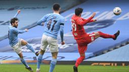 Gelandang Manchester City, Bernardo Silva (kiri) melepaskan tendangan yang berbuah gol pertama timnya ke gawang Birmingham City dalam laga babak ke-3 Piala FA 2020/21 di Etihad Stadium, Minggu (10/1/2021). Manchester City menang 3-0 atas Birmingham City. (AFP/Oli Scarff/Pool)