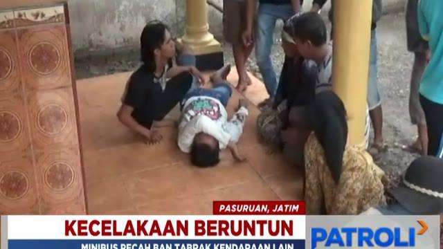 Dua korban tergeletak di teras rumah warga usai ditabrak minibus di Jalan Raya Sedarum, Kecamatan Nguling, Kabupaten Pasuruan, Jawa Timur.