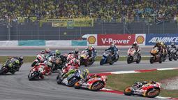 Pembalap Repsol Honda Dani Pedrosa (depan) memimpin pada lap pertama di Sirkuit Sepang, Malaysia, Minggu (25/10/2015). Duo pembalap Yamaha Jorge Lorenzo dan Valentino Rossi menyelesaikan balapan dengan finis dibelakangnya. (REUTERS/Olivia Harris)