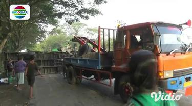 Sebuah mobil minibus hancur tak berbentuk setelah terlibat kecelakaan di jalur Pantura Kabupaten Tuban, Jawa Timur. Diduga pengemudi minibus mengantuk hingga keluar jalur, dan menabark sebuah truk dari arah lain.