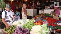 Pembeli memilih sayuran saat berbelanja di sebuah pasar di Jakarta, Rabu (1/4/2020). Badan Pusat Statistik (BPS) mengumumkan pada Maret 2020 terjadi inflasi sebesar 0,10 persen, salah satunya karena adanya kenaikan harga sejumlah makanan, minuman, dan tembakau. (Liputan6.com/Angga Yuniar)