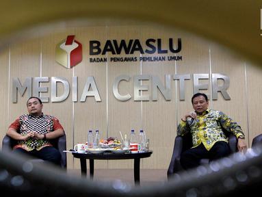 Ketua Bawaslu Abhan (kanan) dan Anggota Bawaslu Mochammad Afifuddin memberikan pemaparan saat diskusi dengan wartawan membahas persoalan seputar Daftar Pemilih Tetap (DPT) Pemilu 2019 di kantor Bawaslu, Jakarta, Rabu (14/11). (Liputan6.com/Johan Tallo)