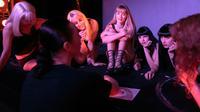 Para penari mendengarkan direktur produksi dan panggung Svetlana Konstantinova sebelum tampil membawakan tari Kabaret di klub bernama Crazy Horse di Paris (15/9). (AFP Photo/Geoffroy Van Der Hasselt)
