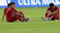 Gelandang Timnas Indonesia, Andik Vermansyah (kiri) tertunduk usai melawan Malaysia pada laga perdana Grup G Penyisihan Kualifikasi Piala Dunia 2022 zona Asia di Stadion GBK, Jakarta, Kamis (5/9/2019). Indonesia kalah 2-3. (Liputan6.com/Helmi Fithriansyah)