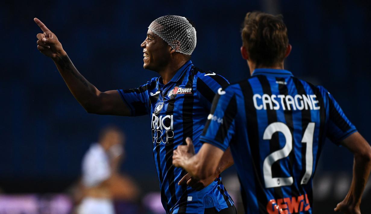 Penyerang Atalanta, Luis Muriel, merayakan gol yang dicetaknya ke gawang Bologna pada laga lanjutan Serie A pekan ke-35 di Gewiss Stadium, Rabu (22/7/2020) dini hari WIB. Atalanta menang 1-0 atas Bologna. (AFP/Marco Bertorello)
