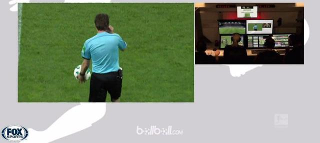 Berita video momen penalti aneh terjadi saat Mainz menghadapi Freiburg di Bundesliga 2017-2018. This video presented by BallBall.