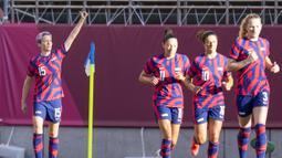 Kedua tim saling serang pada awal babak pertama. Megan Rapinoe (kiri) menjadi keran gol Amerika Serikat pada menit kedelapan. Tendangan sudut yang ia lesatkan, salah diantisipasi oleh kiper Australia, Teagan Micah, sehingga terjadi gol. (Foto: AP/Fernando Vergara)