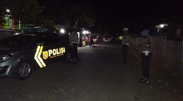 Polisi berjaga di TKP pembacokan anggota DPRD Jeneponto (Liputan6.com/Dok: Polres Jeneponto)