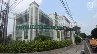 Pengendara melintasi kantor DPP PPP di Jakarta Pusat seusai aksi penyerangan sekelompok orang, Minggu (16/7). Seorang petugas keamanan gedung terluka akibat lemparan batu sekelompok orang tak dikenal dini hari tadi. (Liputan6.com/Herman Zakharia)