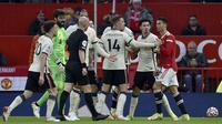 Bahkan terlihat ada cekcok antarpemain setelah Cristiano Ronaldo melanggar Curtis Jones. Ronaldo diganjar kartu kuning. (AP Photo/Rui Vieira)
