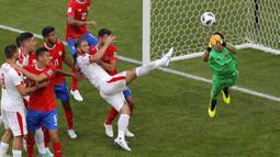 Pemain Serbia, Branislav Ivanovic (tengah) mencoba menendang bola saat duel dengan pemain Kosta Rika pada laga grup E Piala Dunia 2018 di Samara Arena, Samara, Rusia, (17/6/2018). Serbia menang 1-0. (AP/Vadim Ghirda)