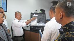 Petugas kepolisian Negara Republik Demokratik Timor Leste (RDTL) menyerahkan sampel prekursor ke Laboratorium Narkotik BNN di Jakarta, Jumat (9/2). Prekursor ini diduga merupakan bahan baku pil PCC. (Liputan6.com/Herman Zakharia)