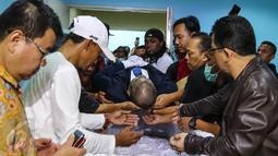 Jenazah Penyanyi Mike Mohede saat akan dimasukkan ke dalam peti di RS Premiere Bintaro, Tangerang Selatan, Minggu (31/7). Mike Mohede meninggal dunia di usia 32 tahun karena serangan jantung. (Liputan6.com/Fery Pradolo)
